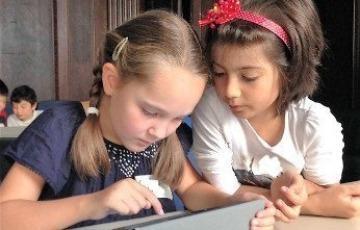 Mädchen programmieren am Tablet