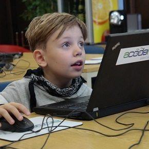 Kind lernt programmieren