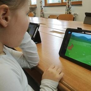 Mädchen programmiert mit Tablet